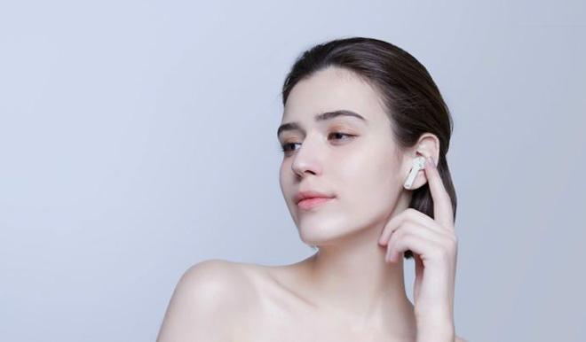 Девушка с Xiaomi Mi True Wireless