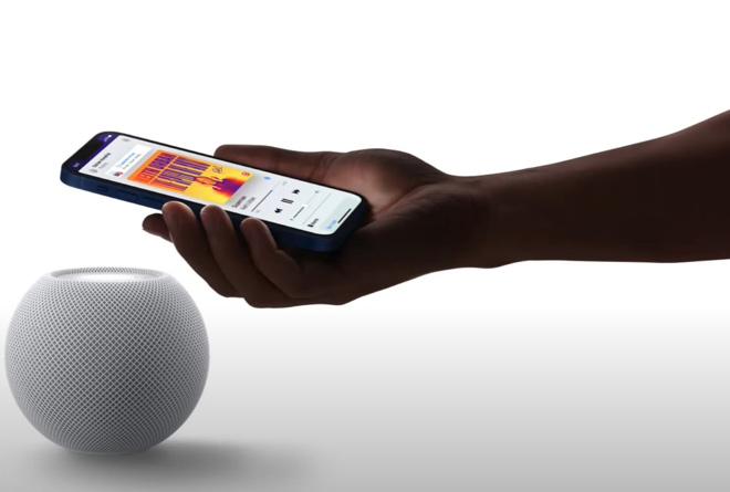 Поднести смартфон к акустики
